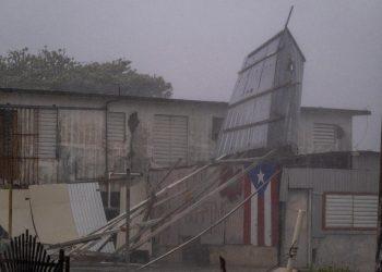 Los fuertes vientos y la lluvia de la tormenta tropical Laura rasgaron el techo de hojalata de una casa en Guayama, Puerto Rico, el 22 de agosto de 2020. | Ricardo Arduengo, AFP.