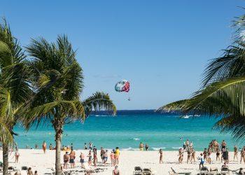 Turistas en una playa en Cancún, México. | Emilian Danaila, Pixabay.