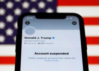 Twitter suspendió la cuenta de Donald Trump por alegar que el mandatario alentó la protesta de simpatizantes que terminó con su irrupción en el capitolio. | NurPhoto via Getty Images.
