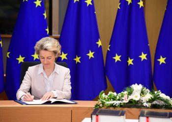 La presidenta de la Comisión Europea (CE), Ursula Von der Leyen, durante la firma del tratado posbrexit. | Fuente externa.