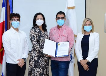 Yobany Díaz y  Rafael Polanco Martínez, del Intec, reciben la certificación por autoridades del Onapi.