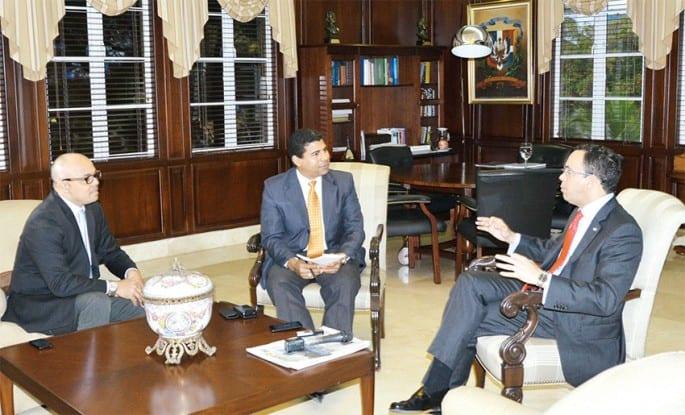 Andrés Navarro, acompañado de Jairon Severino, director de elDinero, y Esteban Delgado, subdirector, conversaron sobre la realidad haitiana y la nueva política diplomática.