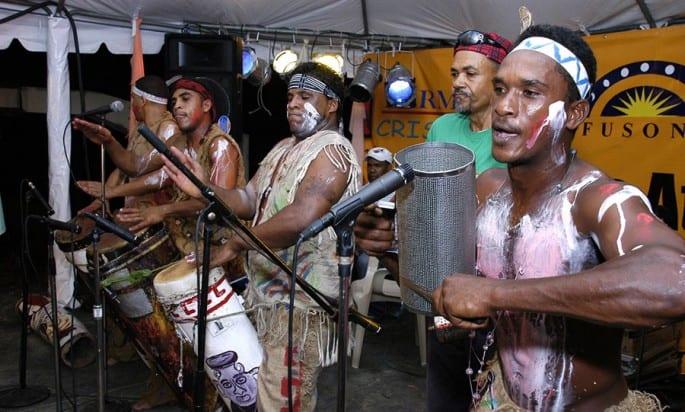 El género musical de palo o atabal se encuentra asociado a las cofradías afro-dominicanas.