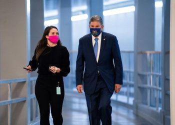 El senador demócrata por Virginia Occidental, Joe Manchin, camina por el Capitolio tras revelar una propuesta para un nuevo paquete de estímulo por valor de US$908,000 millones  para paliar el deterioro de la economía por la pandemia. | Jim Lo Scalzo, EFE.