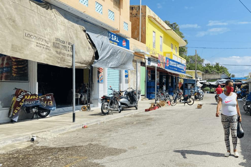 Barahona: Comercios abren sus puertas a la covidianidad