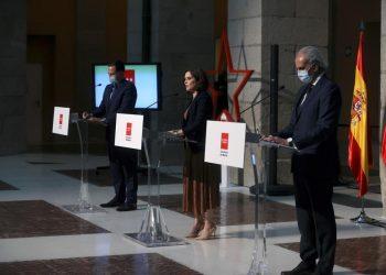 La presidenta madrileña, Isabel Díaz Ayuso, el vicepresidente madrileño, Ignacio Aguado (izda), y el consejero de Sanidad de Madrid, Enrique Ruiz, ofrecen una rueda de prensa para anunciar las restricciones de movilidad para hacer frente al coronavirus. | Juanjo Martín, EFE.