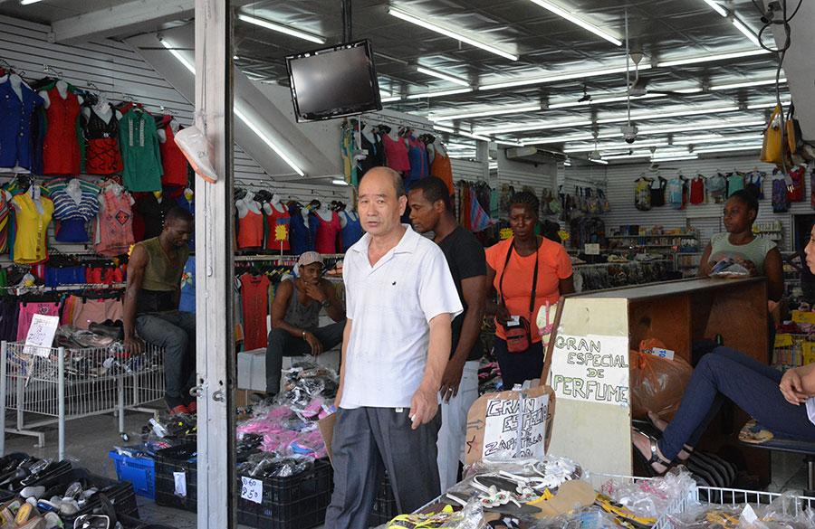 Más de 300 importadoras de ropas en la avenida Duarte, calle José Martí y Villa Consuelo son propiedad de ciudadanos chinos../Gabriel Alcántara