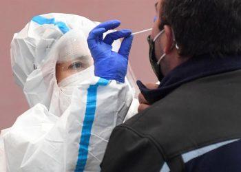 Una médica realiza la prueba de covid-19 a un paciente. | Pablo Martín, EFE.
