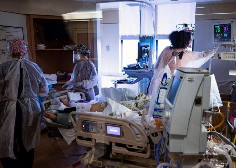 Medio millón de personas desde el pasado febrero hasta esta semana, cuando se superó la cifra, equivalen a casi 42,000 muertos al mes, cerca de 1,400 fallecidos diarios. | Etienne Laurent, EFE.