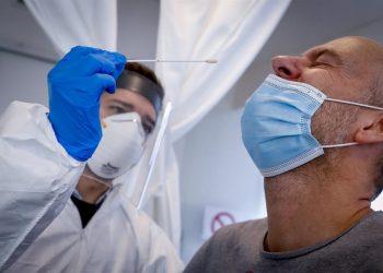 Un médico realiza la prueba del covid-19 a un paciente. | Olivier Hoslet, EFE.