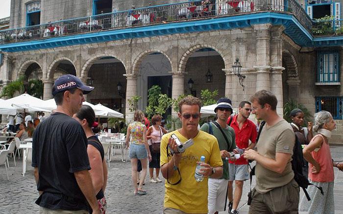 Cuando se excluyen los turistas de Estados Unidos se concluye en que Cuba recibe mucho más visitantes extranjeros que República Dominicana.