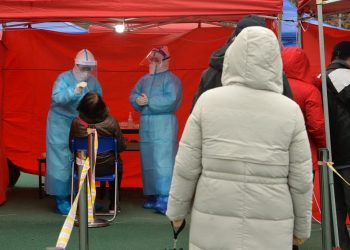 Prueba de covid-19 realizada en Tianjin, China. | Geno Zhou, EFE.