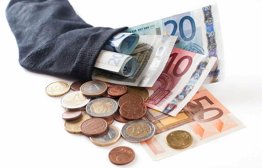 Pagar con efectivo se vuelve cada día menos común.
