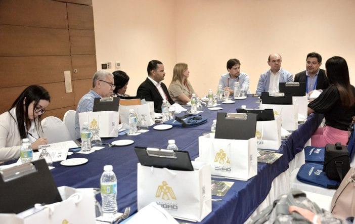 Ejecutivos del sector durante el amuerzo con periodistas en el marco del XXXVI Congreso Internacional de la Industria del Cemento.