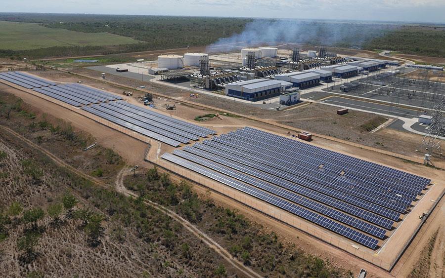 Vista aérea del parque Quisqueya Solar y de fondo la Central Eléctrica Quisqueya, en República Dominicana..