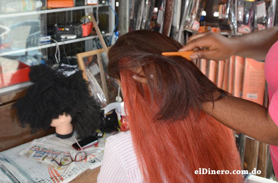 El proceso de adaptación de pelo se puede realizar hasta en las aceras de la Avenida Duarte.