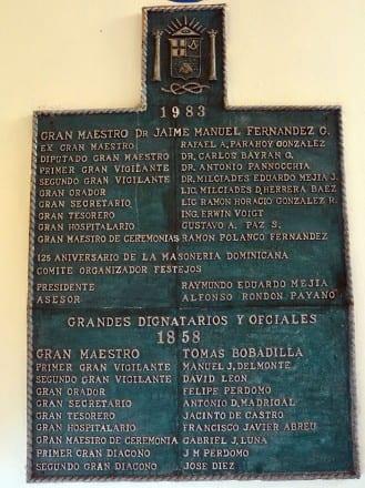 Placa con los fundadores de la Gran Logia dominicana.