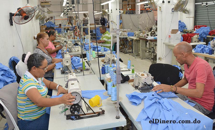 Inaguja tiene un centro de producción en el Km 13 de Las Américas, donde 105 personas trabajan en la confección de uniformes nacionales.