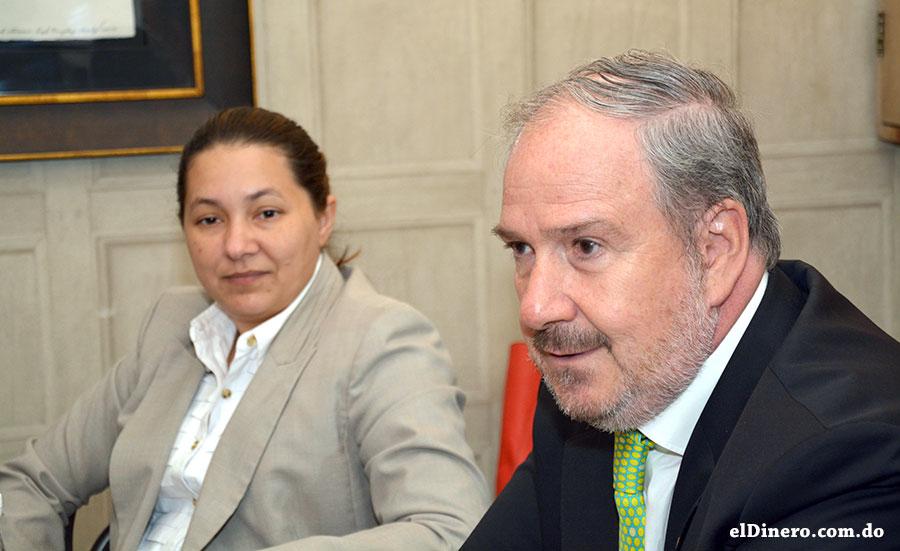 Virginia Henríquez, Gerente de Marketing, junto a Guillermo Arancibia, CEO de JMMB en República Dominicana. | Lésther Álvarez