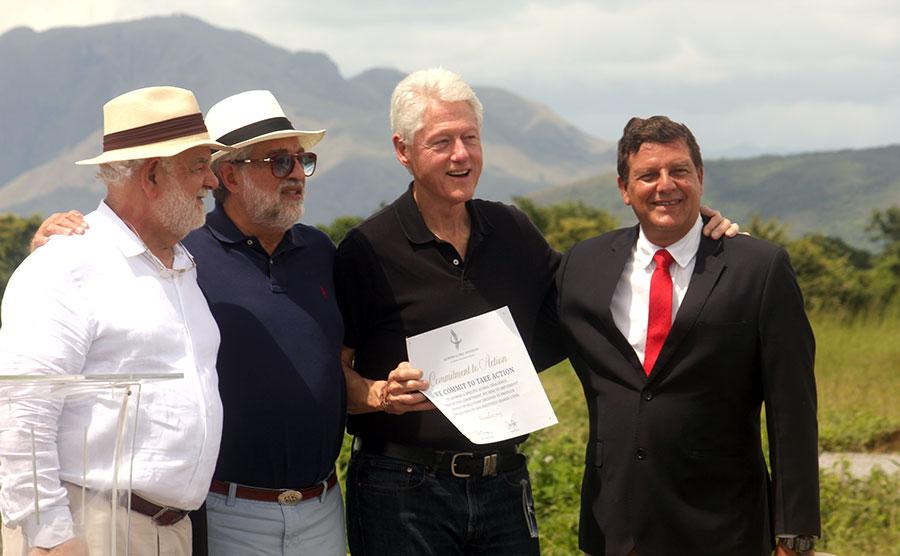 Acompañaron a Bill Clinton en la visita los empresarios Rolando González Bunster, Carlos Slim y Frank Giustra.