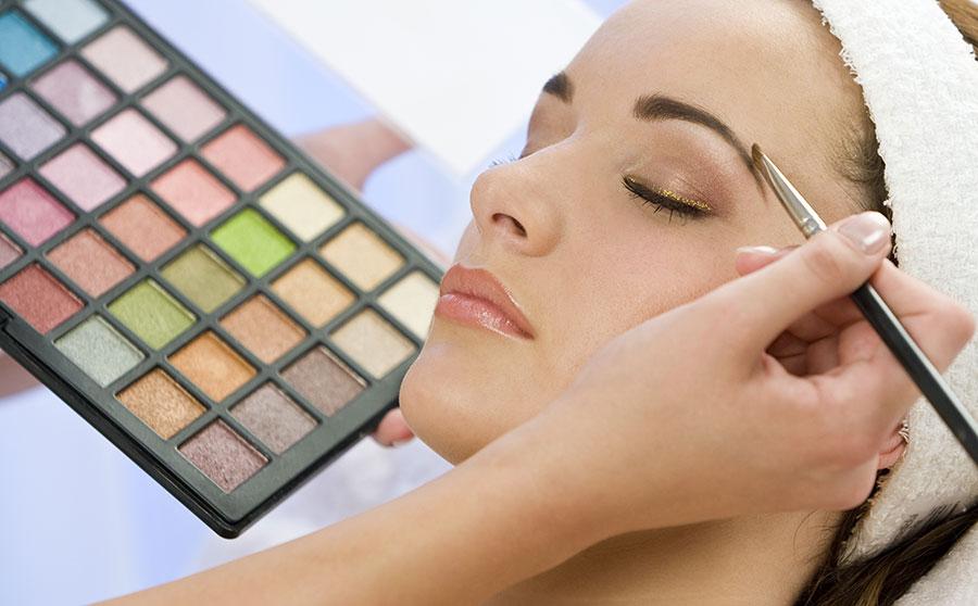 Las mujeres que más invirtieron en maquillaje en 2014 son venezolanas, japonesas, británicas, canadienses y australianas.   Fuente externa