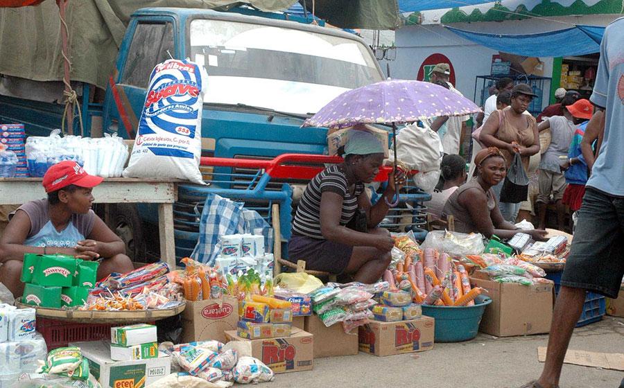 Imagen de archivo de una comerciante junto a sus productos en el mercado binacional.