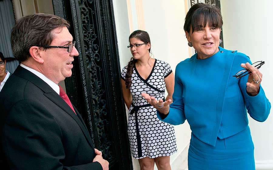 Penny Pritzker, derecha, secretaria de Comercio de Estados Unidos habla con el canciller cubano Bruno Rodriguez en octubre de 2015. | Fuente externa