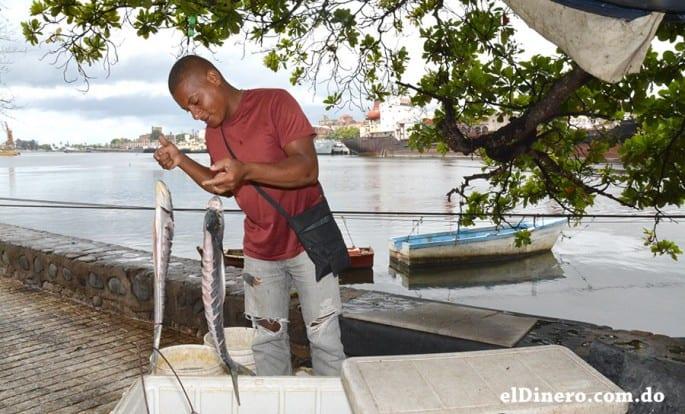 En la ribera del Ozama hay una activa labor de pesca.