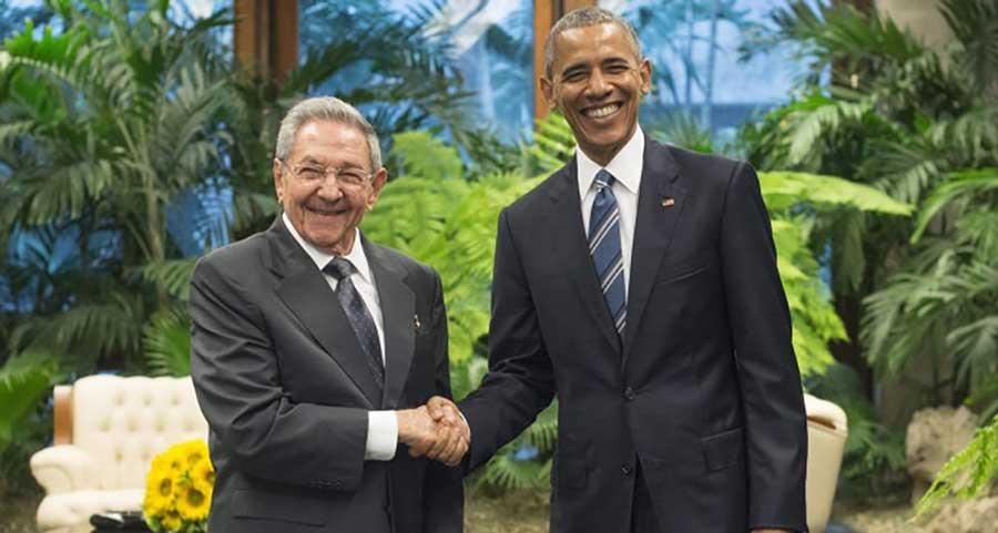 Raul Castro recibiò a Barack Obama con un apretòn de manos. / EFE/Michael Reynolds