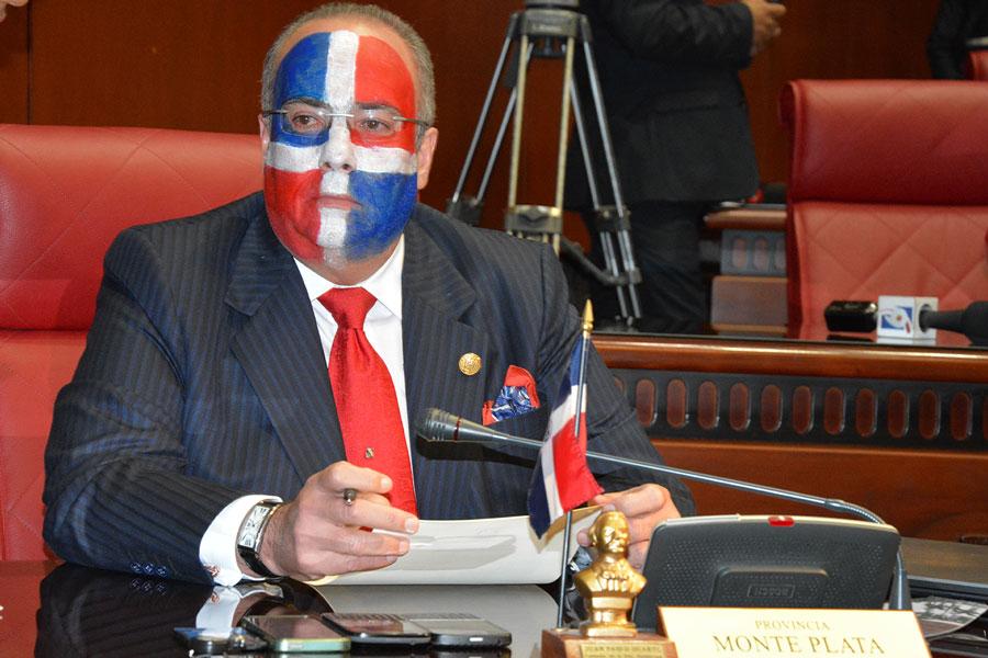 El senador Charles Mariotti asistió con la bandera dominicana pintada en su rostro a la sesión de ayer./Gabriel Alcántara