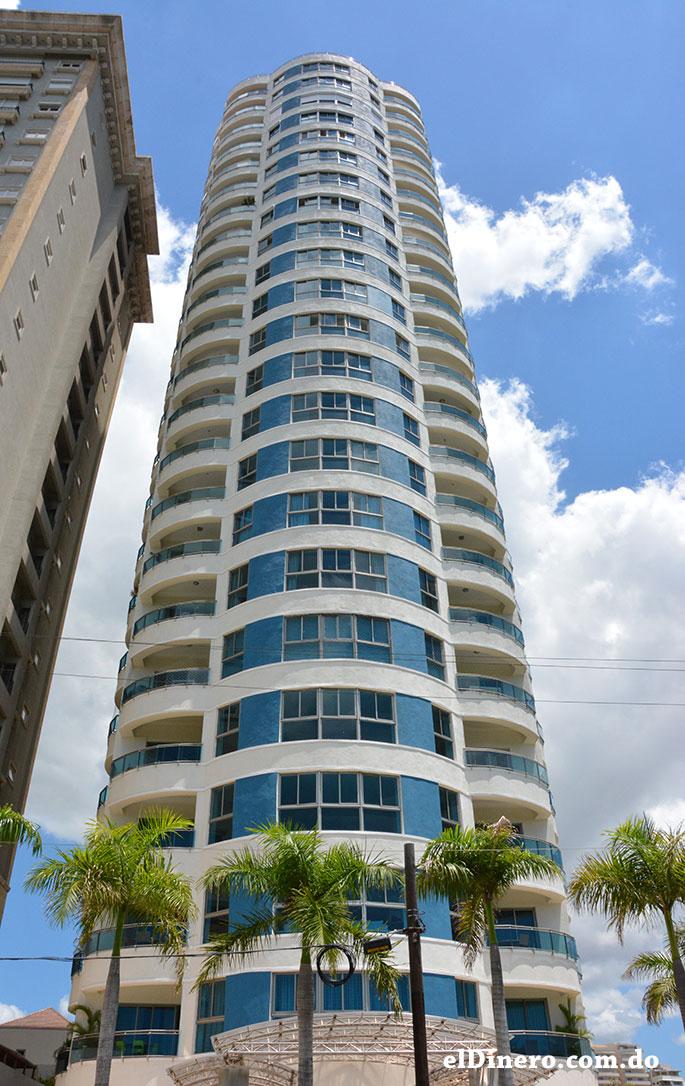 Torre Azul: Es una de las pocas edificaciones residenciales que resalta por su puntiagudo techo azul con apariencia. Cuenta de 27 pisos y 105 metros. | Lésther Álvarez