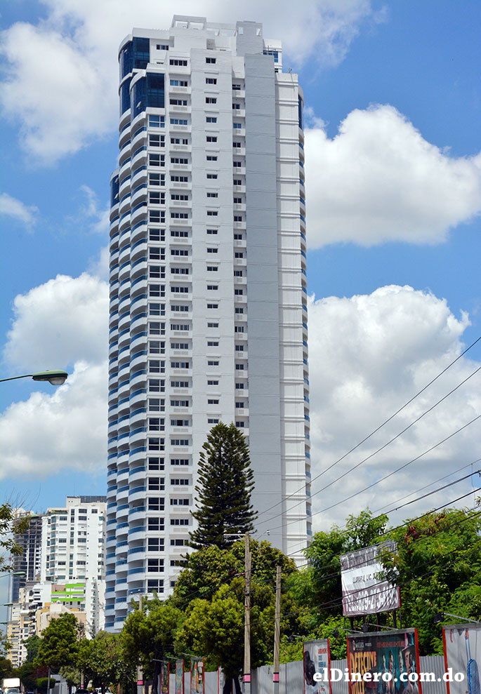 Torres Mar Azul: Es un complejo de tres edificaciones unidas, dos cuentan con 30 niveles y una torre central de 35 niveles, en total cuenta con 143 metros. | Lésther Álvarez