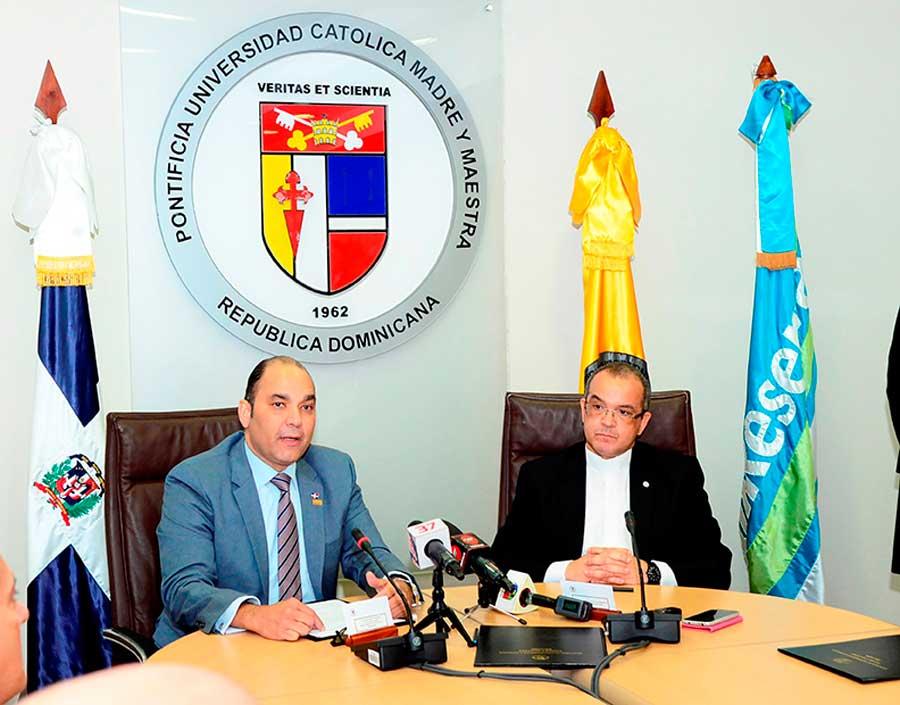 El administrador general de Banreservas, Enrique Ramírez Paniagua, y el rector de la Pontificia Universidad Católica Madre y Maestra, Ramón A. de la Cruz Baldera, firmaron el acuerdo que formaliza el Programa de Educación Temprana sobre el Agua.