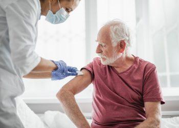 La OMS sostiene que la vacuna contra la influenza-19 pudo haber ayudado a disminuir las tasas de contagio por covid-19 en las poblaciones mayores de 65 años.