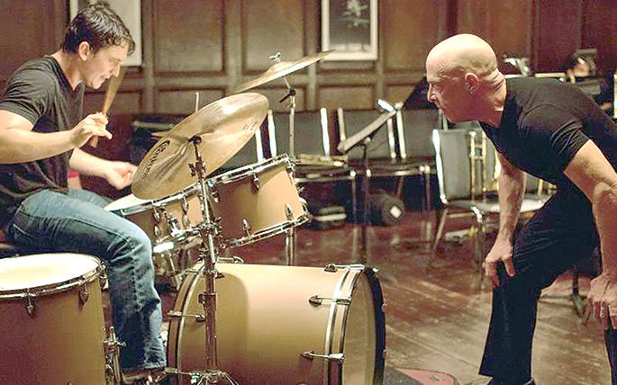 La película muestra a un maestro que presiona de forma extrema a un músico con talento.